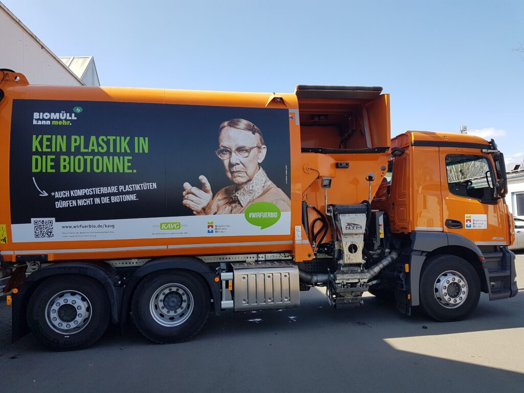 SBM-Fahrzeug als Blickfang gegen Plastik in der Biotonne